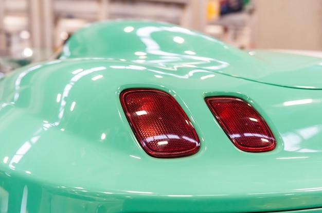 Parte traseira de um carro esporte moderno verde