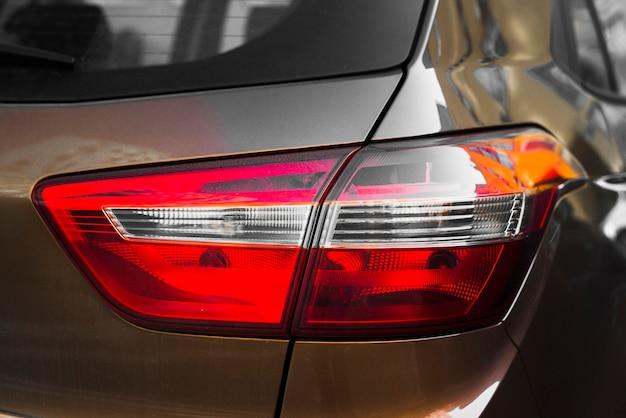 Parte traseira do carro marrom com luz traseira