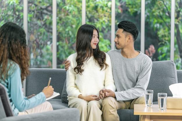 Parte traseira do coaching tomar nota e dar consulta ao amante asiático, levar felicidade