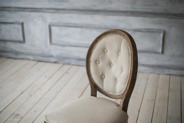 Parte traseira do estilo clássico vintage cadeira no quarto branco