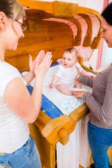Parteira, examinando, bebê recém-nascido