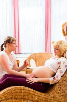 Parteira vendo mãe para exame de gravidez