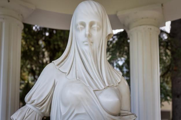 Partenit crimea aivazovsky parque paraíso paisagem parque estátua de uma mulher velada no gazebo