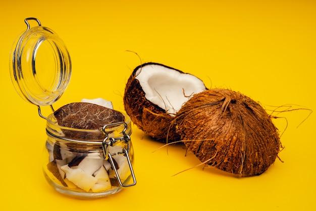 Partes de coco. fechar-se. coco maduro fresco quebrado em pedaços.