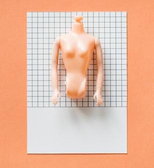 Partes de uma boneca de plástico