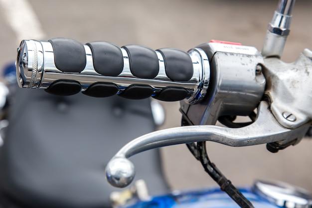 Partes de uma moto de corrida. lidar com velocidade e freio closeup.