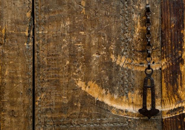 Partes e elementos das antigas portas de madeira antigas com corrente