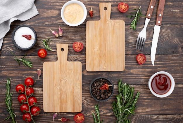 Partes inferiores de madeira com tomates na mesa