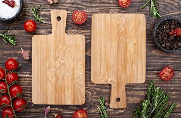 Partes inferiores de madeira com tomates