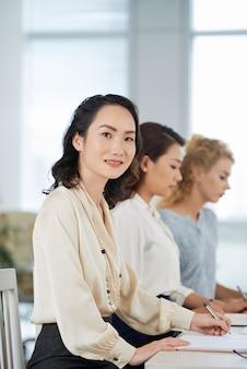 Participando de uma conferência de negócios