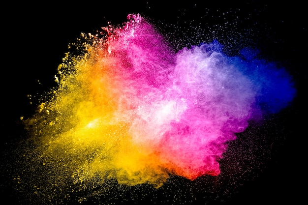 Partícula multicolorida explodindo em fundo preto. respingos de poeira colorida.