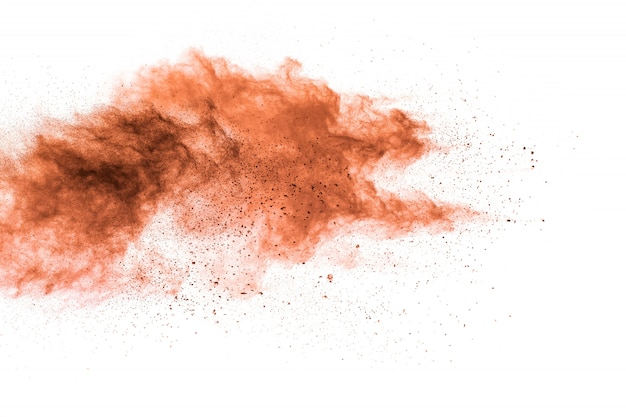Partículas marrons salpicadas na superfície branca