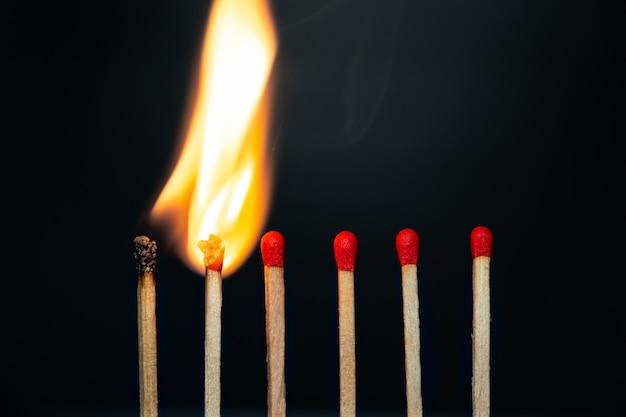 Partida de grupo queimando em um preto