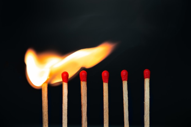 Partida de grupo queimando no preto