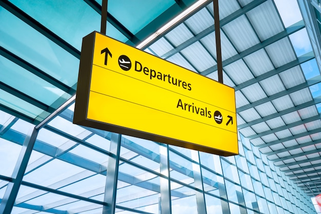 Partida e chegada do aeroporto assinam em heathrow, londres