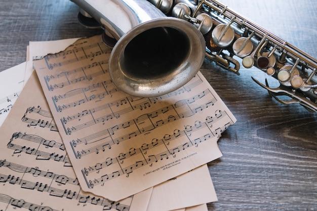 Partituras de close-up e saxofone