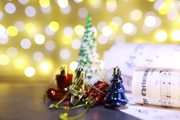 Partituras de natal. decorações de natal em partituras, closeup