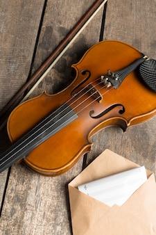 Partituras e violino na mesa de madeira