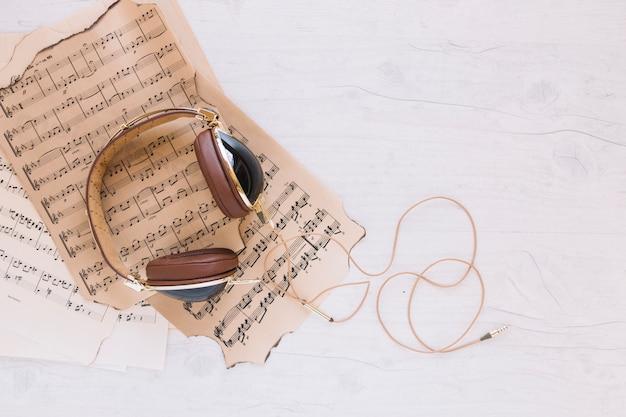Partituras sob fones de ouvido