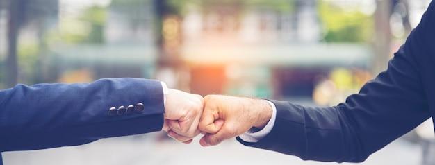 Partner business trust teamwork partnership. empreiteiro da indústria fist bump tratando missão empresarial.