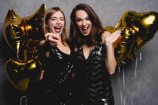 Party fun. lindas garotas comemorando o ano novo. retrato de uma linda mulher jovem sorridente, desfrutando de uma festa, se divertindo juntos. imagem de alta qualidade.