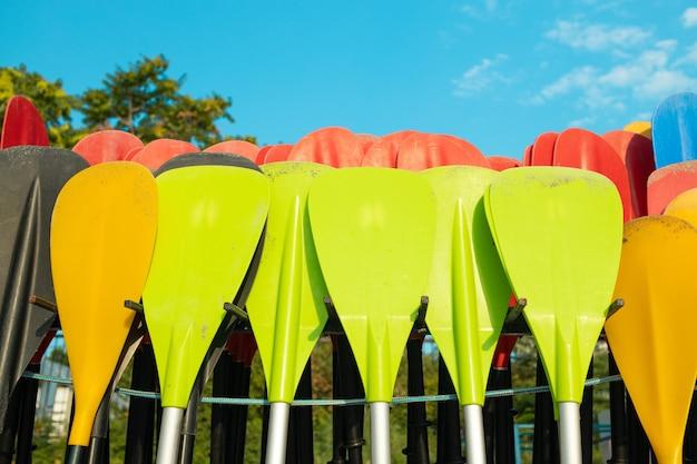 Pás de plástico amarelo de cor vermelha para suporte de prancha de remo em armazenamento