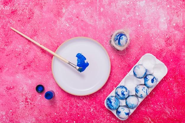Páscoa azul pintado ovos na bandeja