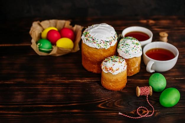 Páscoa, bolo, ovos, feriado. bolo da páscoa e ovos coloridos em um fundo escuro. pode ser usado como pano de fundo