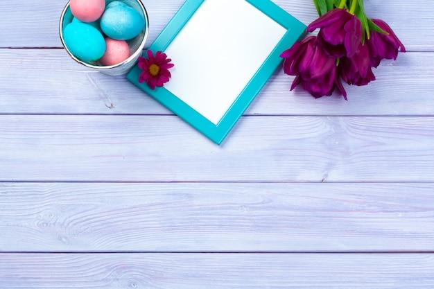 Páscoa com tulipas, ovos. vista superior com copyspace