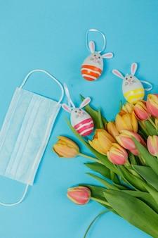 Páscoa. decoração de páscoa em um fundo azul. quarentena. coronavírus. primavera.