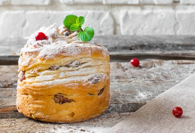 Páscoa doce pão ortodoxo kulich, paska, galhos de salgueiro. ovos coloridos da páscoa no fundo de madeira.