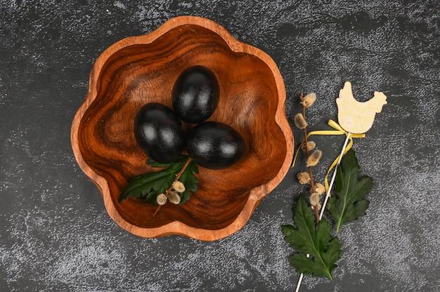 Páscoa escura. conceito de páscoa preto. ovos pretos. páscoa para negros.