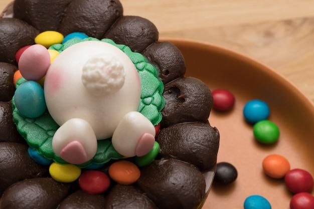Páscoa. feche acima do ovo da páscoa bonito com extremidade adorável do coelho na placa rústica. coelhinho da páscoa.
