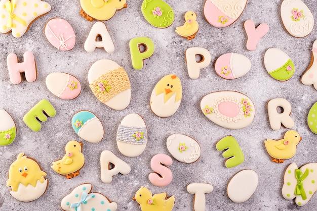 Páscoa feliz colorida que rotula a páscoa feliz do biscoito dos biscoitos e das cookies do gengibre como o fundo.