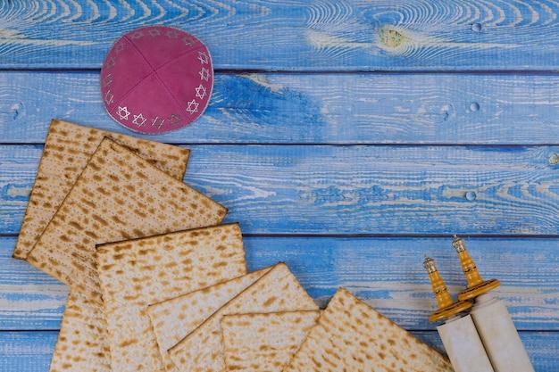 Páscoa judaica com pão judaico sem fermento matzá e torá