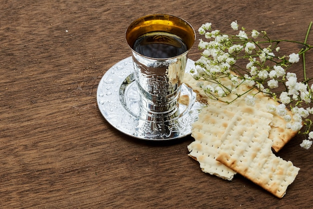 Páscoa judaica de pessach com vinho e pão matzoh de páscoa judaica