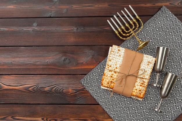 Páscoa judaica do feriado com vinho, matzo em de madeira.