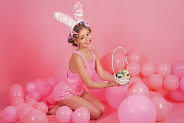 Páscoa menina em orelhas de coelho.