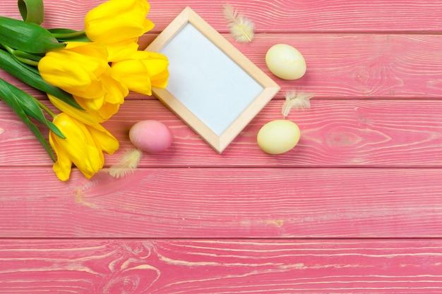 Páscoa . moldura de madeira com ovos de páscoa e tulipas em colorido