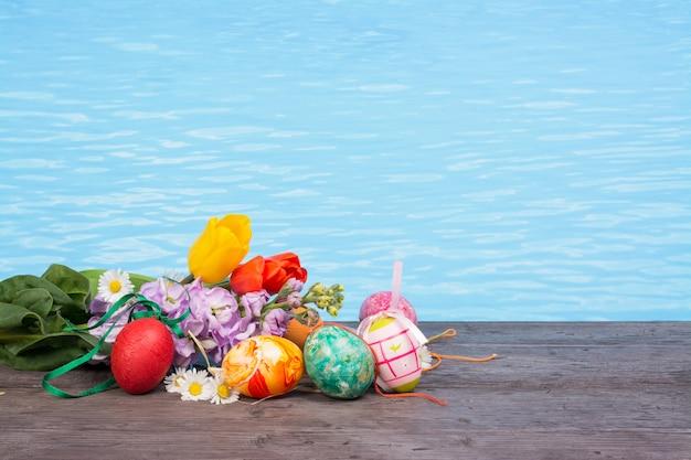 Páscoa na piscina, bem-estar e relaxar. ovos e água fundo para festa e spa