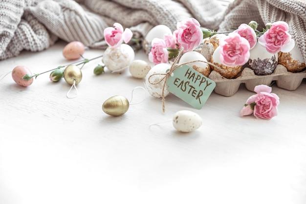 Páscoa natureza morta com ovos de páscoa, flores frescas e elementos decorativos close-up.
