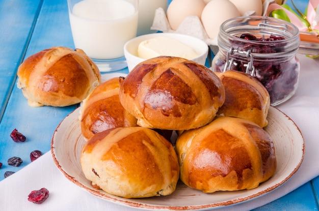 Páscoa quente cross pães com cranberries secas e passas