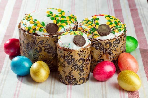 Páscoa russa pão kulich paska decorado com ovos de páscoa coloridos pintados