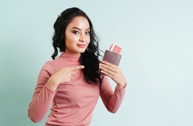 Passageiro asiático viajar turista mulher segurando passaporte e cartão de crédito