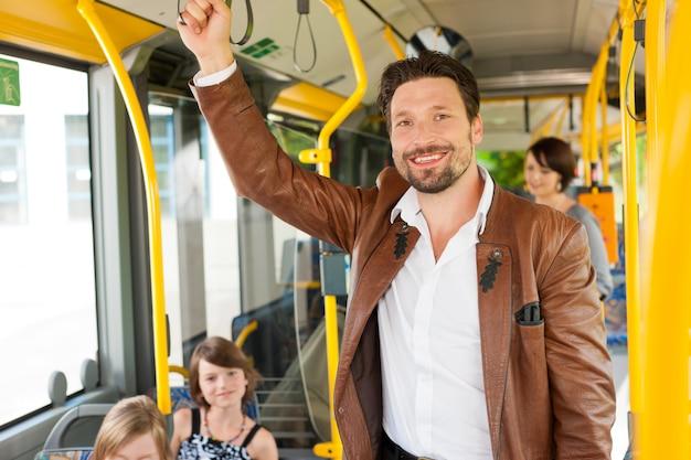 Passageiro masculino em um ônibus