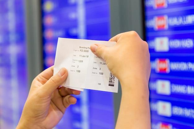 Passageiro no aeroporto olhar no calendário de voos