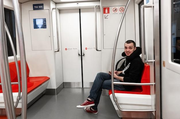 Passageiro solitário em um vagão do metrô
