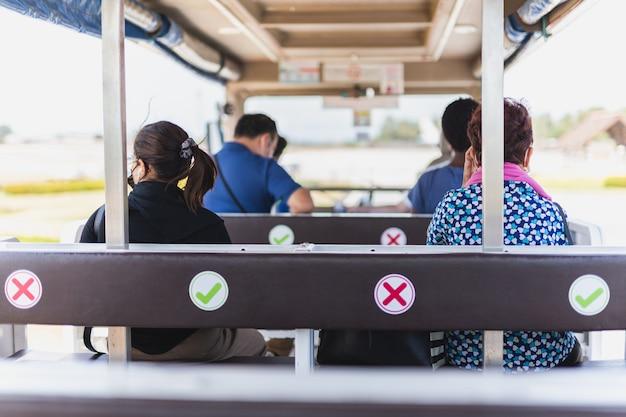 Passageiro usando máscara protetora sentado no transporte do aeroporto.