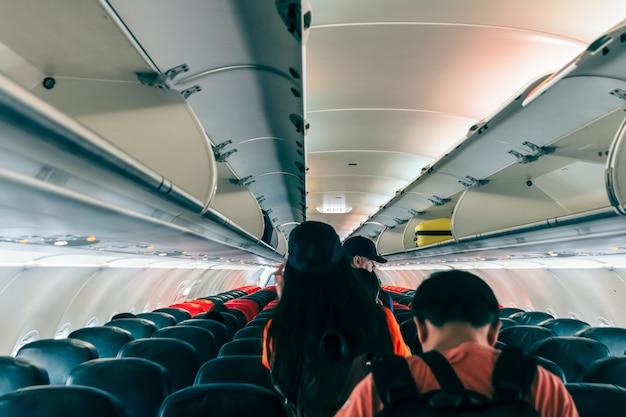 Passageiros não especificados estavam saindo do avião seguindo o sinal de saída