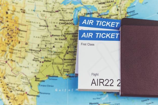 Passagem aérea e passaportes no mapa, voo para a américa, conceito de viagens